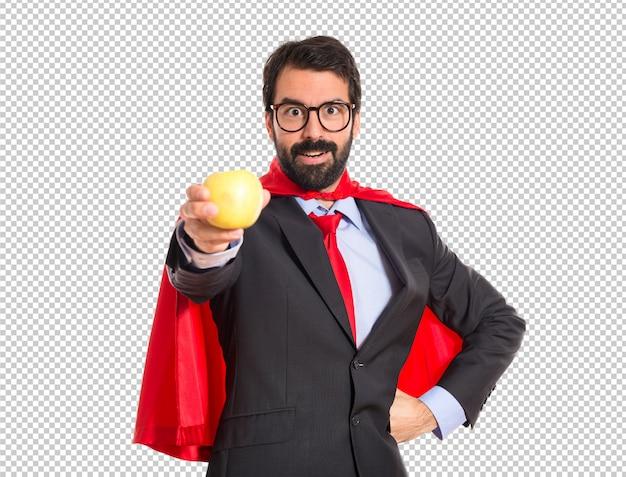 Битник бизнесмен одет как супергероя, держащей яблоко