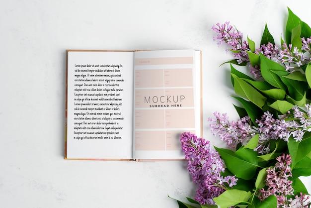 신선한 라일락 꽃과 종이 노트북에서 휴일 축제 카드
