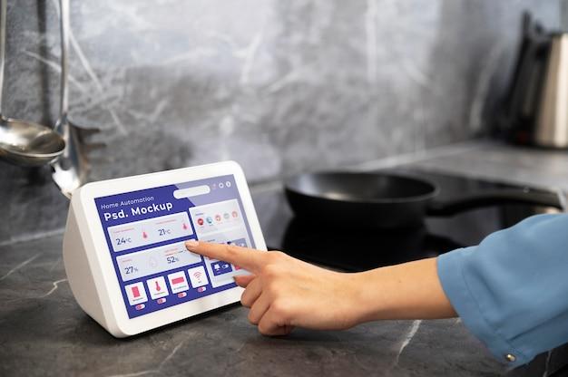 タブレット上のホームオートメーションアプリのモックアップ