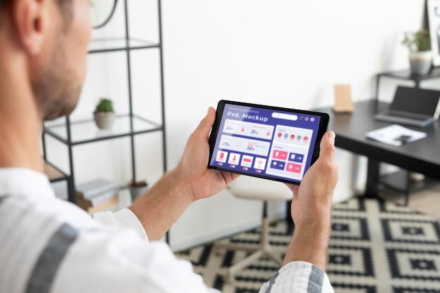 スマートフォンでホームオートメーションの概念のモックアップ