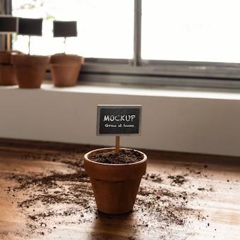 植物フレームのモックアップを使用した家庭菜園の手配