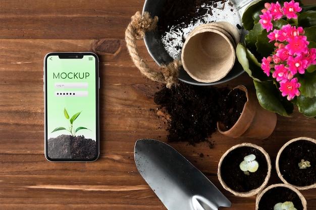 Ассортимент домашнего садоводства с макетом смартфона