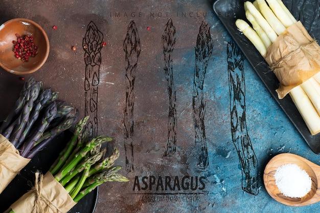 Домашние сырые органические фиолетовые зеленые и белые копья спарагуса, готовые к приготовлению с пространствами, здоровая вегетарианская диетическая еда на каменной поверхности.
