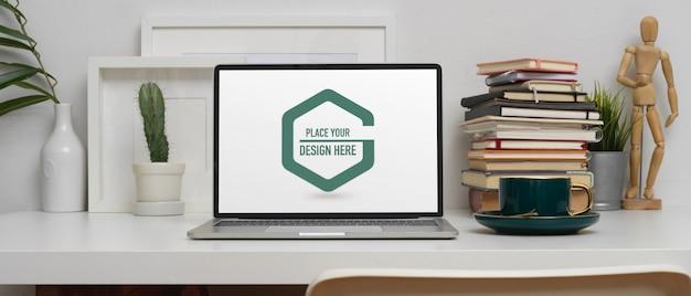 モックアップラップトップ、コーヒーカップ、装飾のホームオフィスデスク