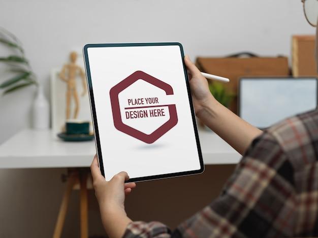 모형 태블릿, 커피 컵 및 장식이있는 홈 오피스 데스크