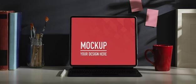 Рабочий стол домашнего офиса с макетом планшета, клавиатурой, канцелярскими принадлежностями и украшениями