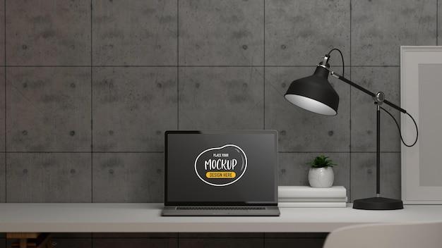 ノートパソコンのモックアップとホームオフィスの部屋のインテリアデザイン