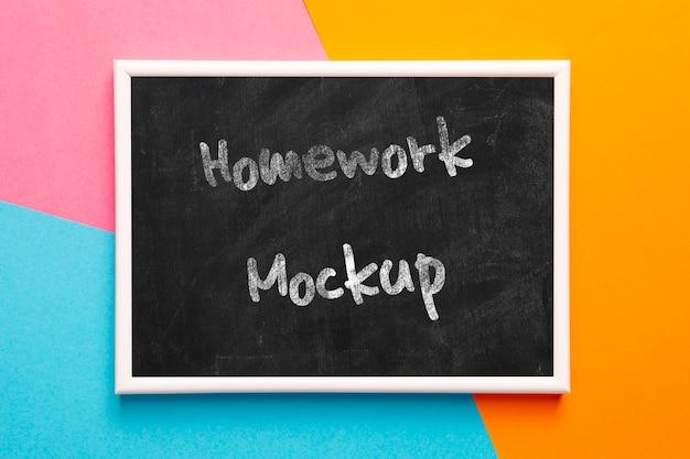 黒板に宿題メッセージ