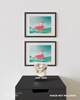 검은 찬장 위에 가로 아트 프레임 포스터 모형