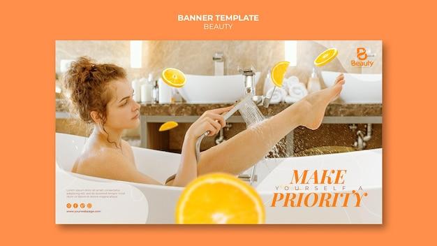 女性とオレンジ スライスを使ったホーム スパ スキンケアの水平型バナー