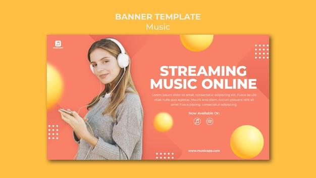 헤드폰을 착용하는 여성과 온라인 음악 스트리밍을위한 가로 배너