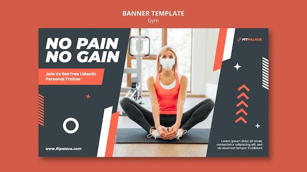 의료 마스크를 쓴 여성과 함께 체육관 운동을 위한 수평 배너 템플릿