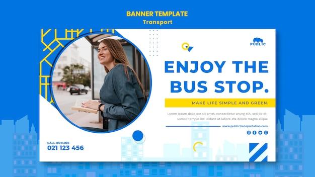 女性の通勤者と公共交通機関の水平バナーテンプレート