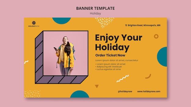 Modello di banner orizzontale per vacanze con zaino in spalla femminile