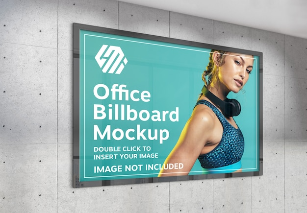 Горизонтальный рекламный щит, висящий на залитом солнцем макете стены офиса