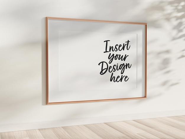 벽에 걸려있는 수평 골든 프레임 모형