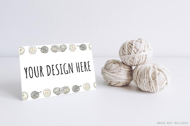 Горизонтальный макет открытки с белой пряжей