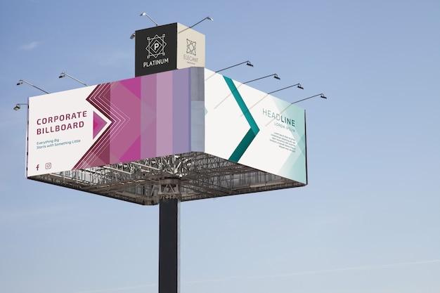 Огромный рекламный щит на фоне голубого неба
