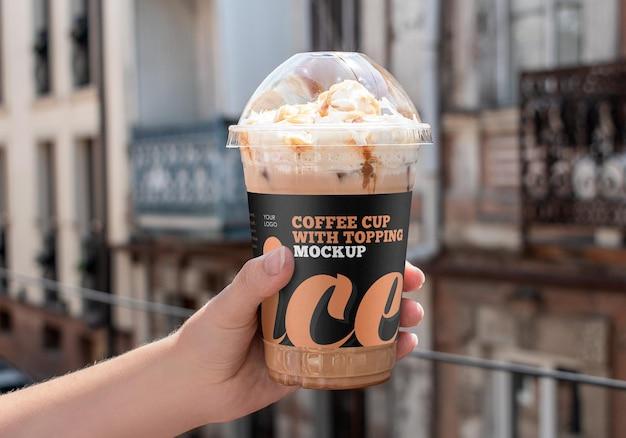 Чашка кофе со льдом и макет топпинга