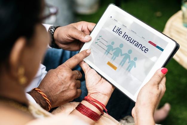 생명 보험에 관심이있는 인도 가족