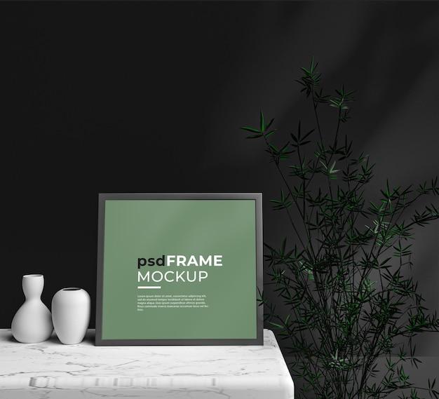 Макет пустой рамки интерьера возле дизайна горшечных растений