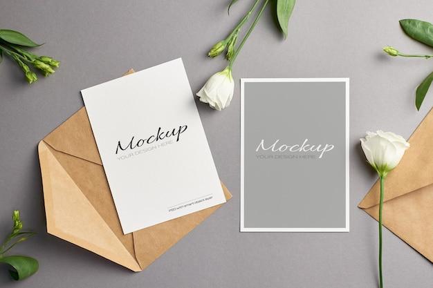 招待状のモックアップ、封筒と新鮮なトルコギキョウの花の表と裏