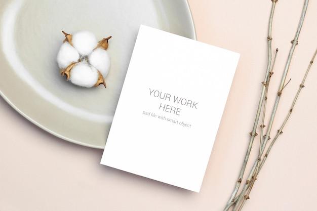 접시에 초대 카드 이랑