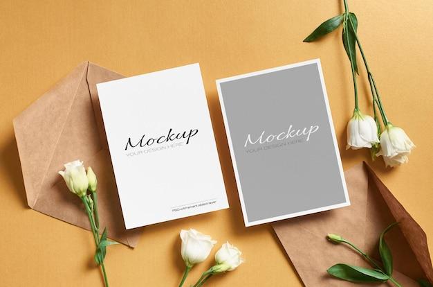 금색 종이에 앞면과 뒷면이있는 초대 카드 모형