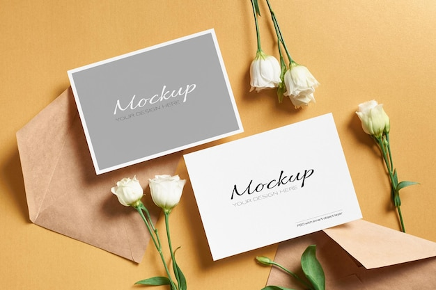 金の紙に表と裏の面を持つ招待カードのモックアップ