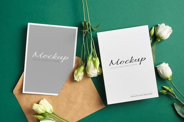 녹색 종이 배경에 앞면과 뒷면이있는 초대 카드 모형
