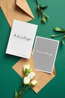 앞면과 뒷면이있는 초대 카드 모형