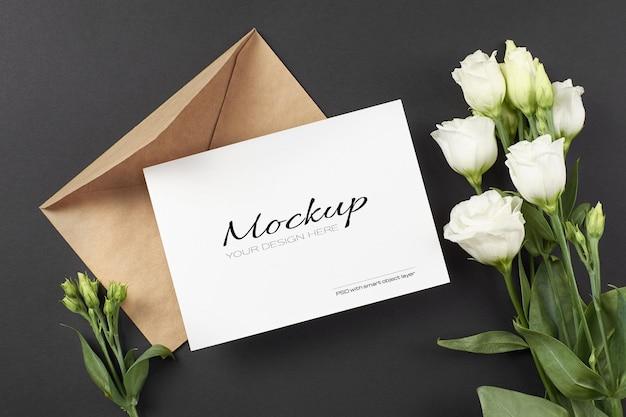 흰색 eustoma 꽃과 초대 카드 모형