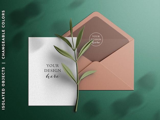 招待状グリーティングカードと封筒のモックアップシーンの作成者とブランチフラットレイが分離されました
