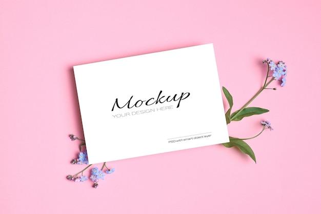 파란색 물망초 꽃이있는 초대장 또는 인사말 카드 모형