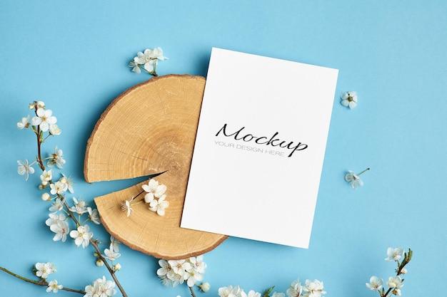 컷 로그와 봄 벚꽃 나뭇 가지가있는 초대 또는 인사말 카드 모형