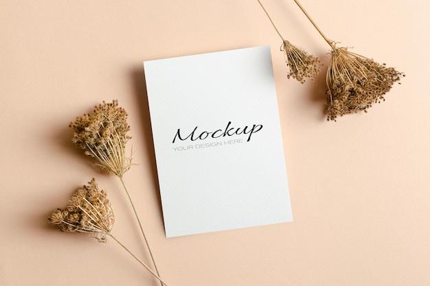 마른 식물 장식이 있는 초대 또는 인사말 카드 모형
