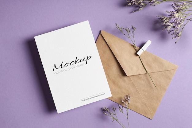 Макет приглашения или поздравительной открытки с конвертом и сухими цветами лимониума