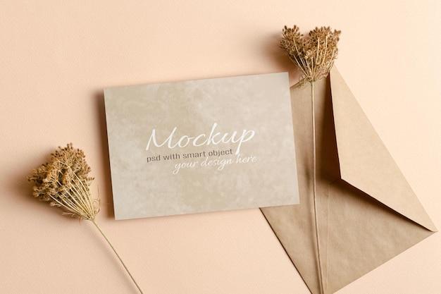 봉투와 마른 식물 장식이 있는 초대 또는 인사말 카드 모형