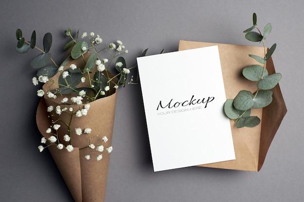 봉투와 유칼립투스와 최면 꽃이있는 초대장 또는 인사말 카드 모형