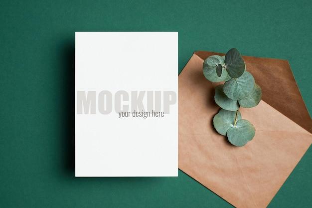 녹색에 봉투와 유칼립투스 나뭇가지가 있는 초대 또는 인사말 카드 모형