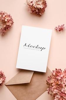 봉투와 분홍색 수국 꽃이 있는 초대 또는 인사말 카드 모형