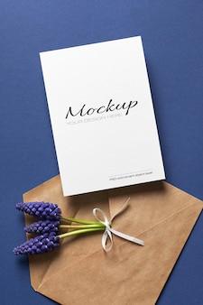 봉투가있는 초대장 또는 인사말 카드 모형