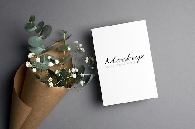 유칼립투스와 hypsophila 나뭇 가지가있는 초대장 또는 인사말 카드 모형