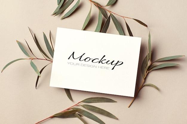 유칼립투스 나뭇 가지가있는 초대 또는 인사말 카드 모형