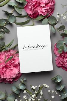 모란 꽃, hypsophila 및 유칼립투스 나뭇 가지가있는 초대 또는 인사말 카드 모형