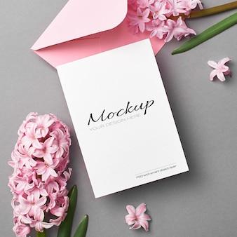 분홍색 봉투와 히아신스 꽃 초대 또는 인사말 카드 모형