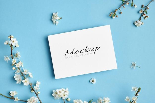 봄 벚꽃 꽃 나뭇 가지와 초대 또는 인사말 카드 모형