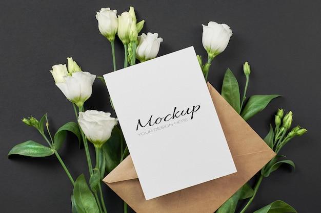 Макет приглашения или поздравительной открытки с белыми цветами эустомы на черном