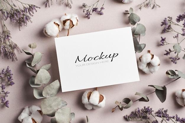 마른 유칼립투스와 순수한 면화 식물 꽃이있는 초대장 또는 인사말 카드 고정 모형