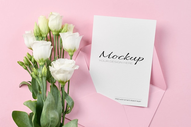 흰색 eustoma 꽃과 초대 또는 인사말 카드 고정 모형